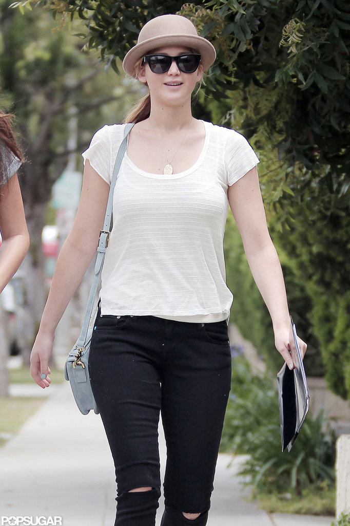 Jennifer Lawrence wore a small gray crossbody bag.