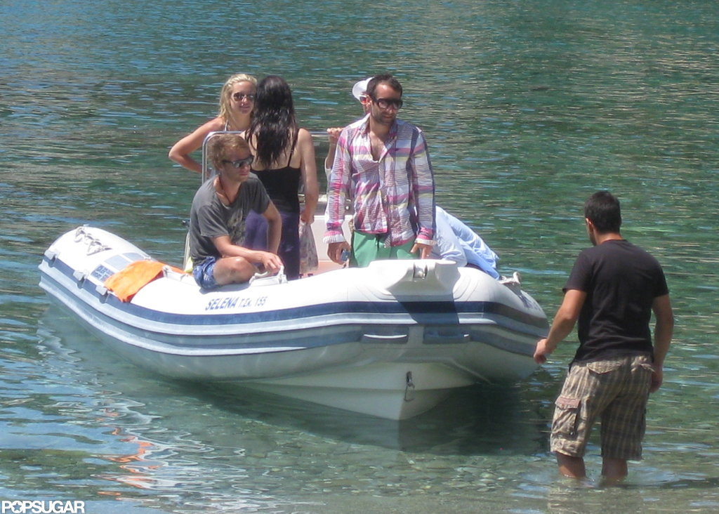 Kate Hudson rode a small boat with her friends and family.