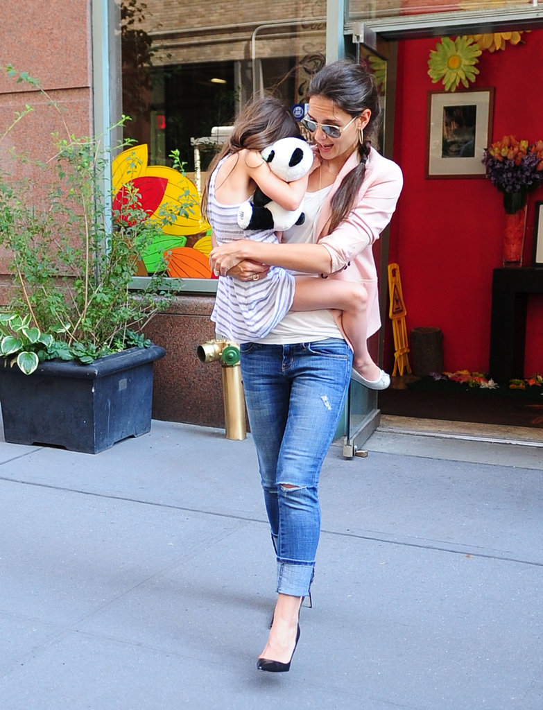 Suri Cruise hitched a ride on Katie Holmes's hip.