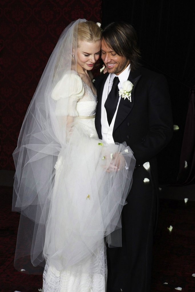 Nicole Kidman married Keith Urban wearing Balenciaga by Nicolas Ghesquière in Sydney, Australia, in June 2006.