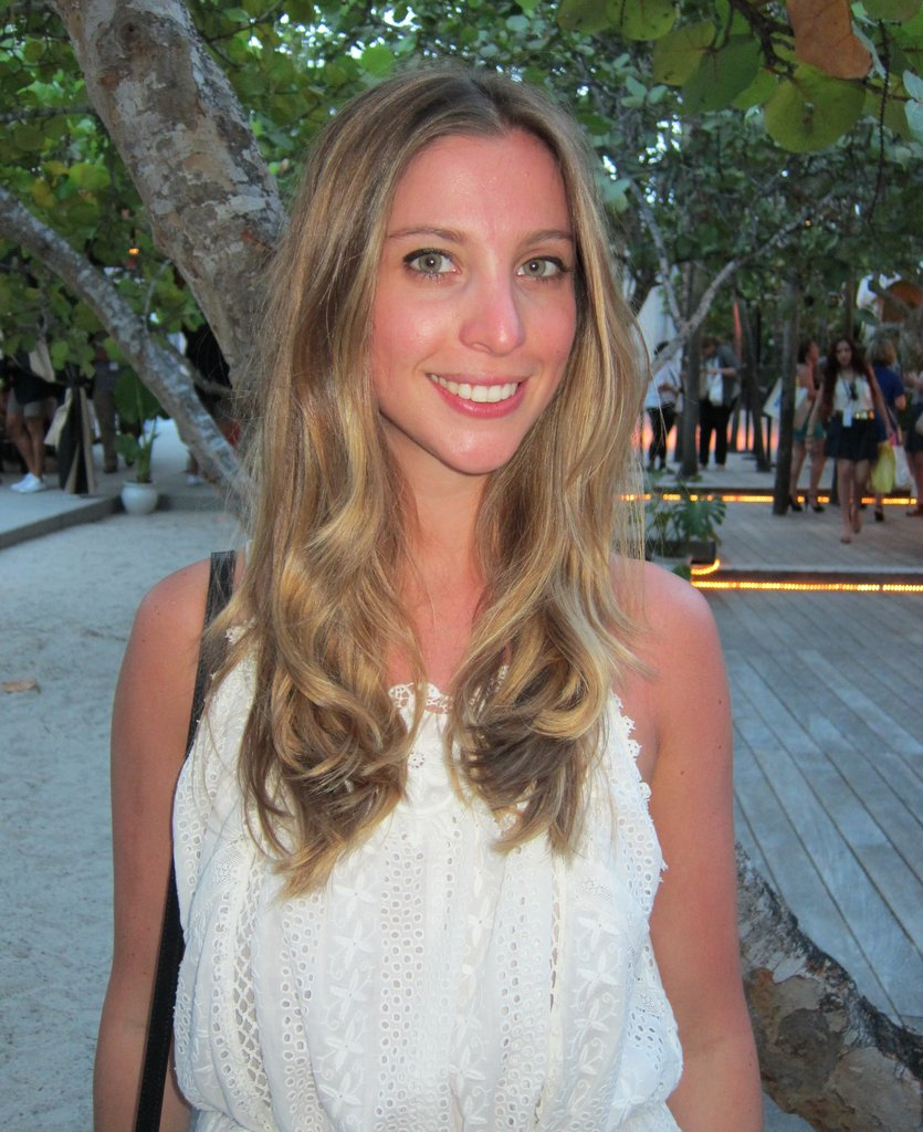 Beach chic: easy curls and natural makeup.