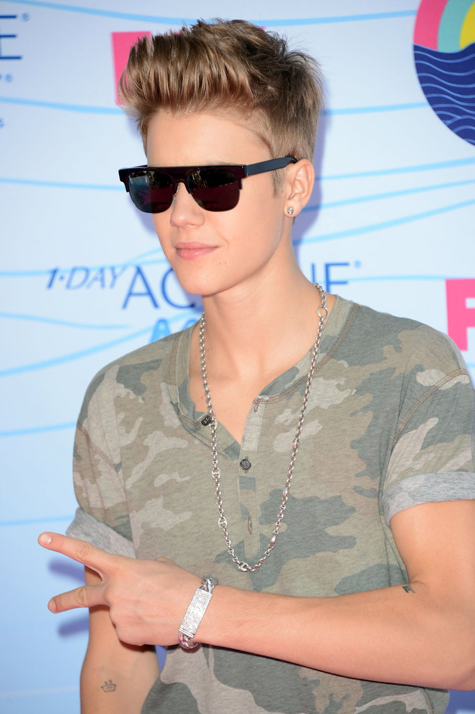 Justin Bieber threw up a peace sign at the Teen Choice Awards.