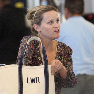 Pregnant Reese Witherspoon at LAX | Pictures