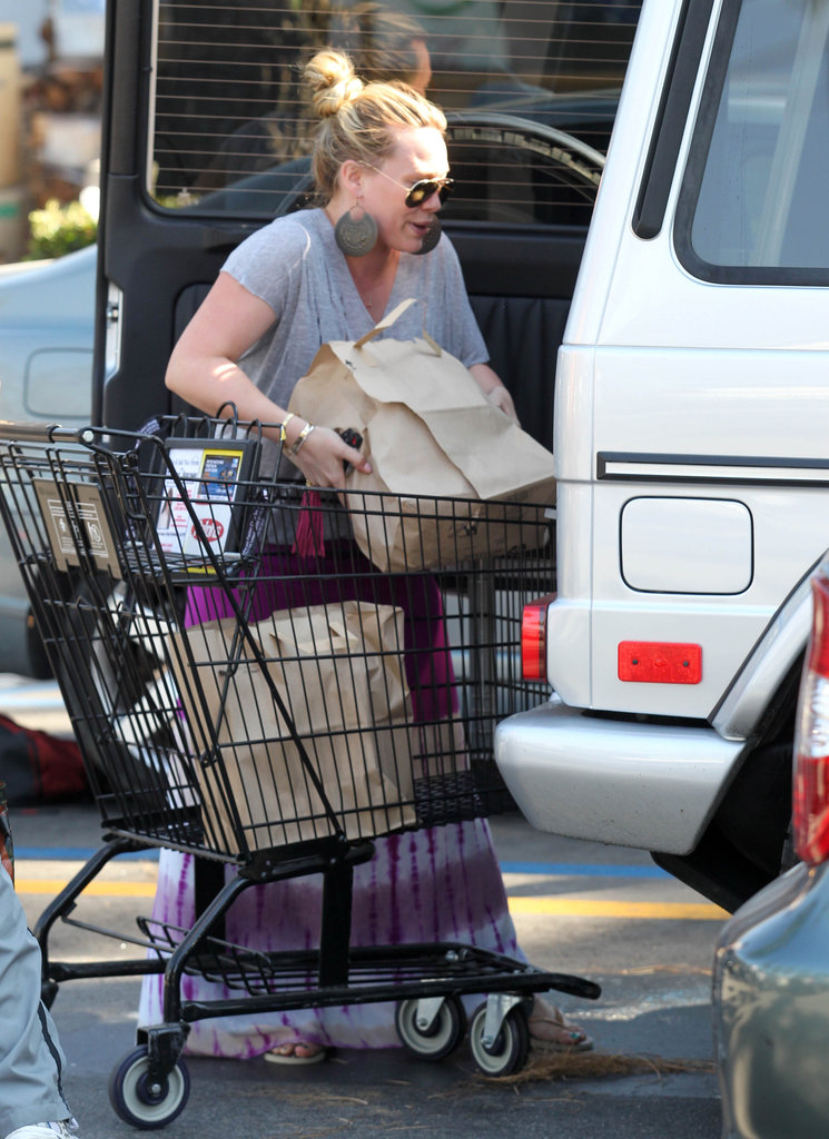 Hilary Duff put grocery bags into her car in LA.