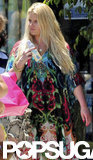 Jessica Simpson carried her daughter's bottles.