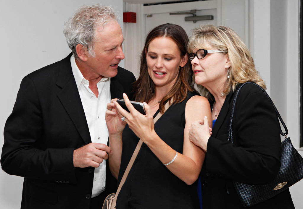 Jennifer Garner chatted with former Alias costar Victor Garber.