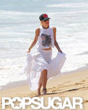 Gwen Stefani wore a white skirt on the beach.
