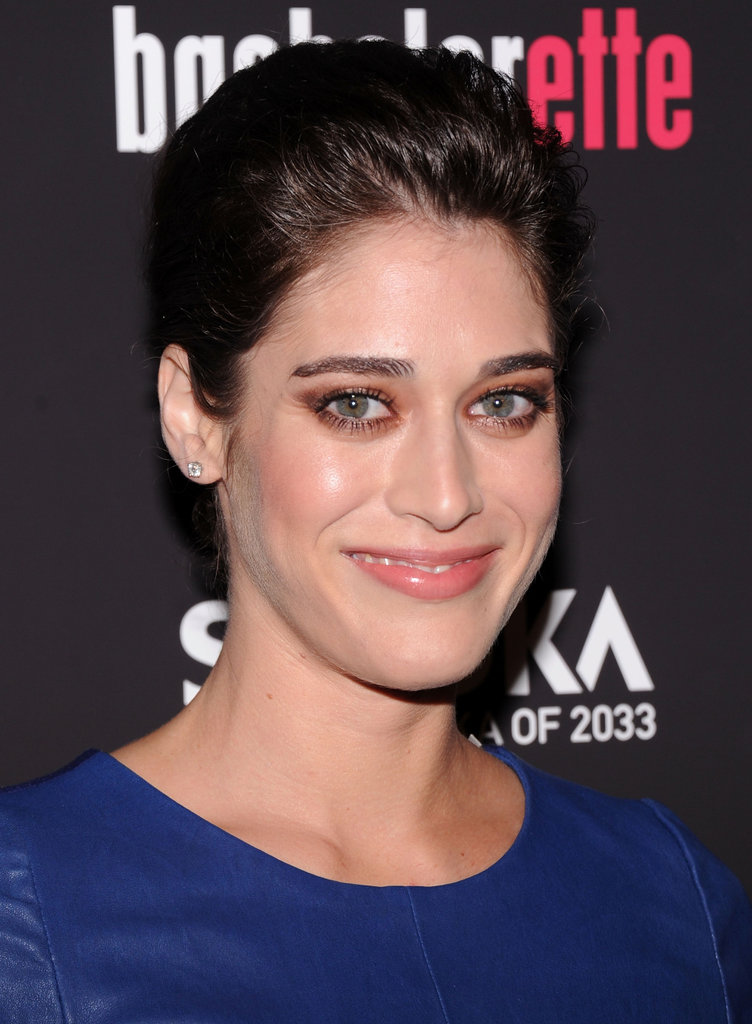 Lizzy Caplan wore dramatic eye makeup.