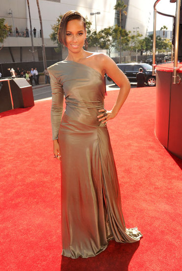Alicia Keys wore a gold gown to the VMAs.