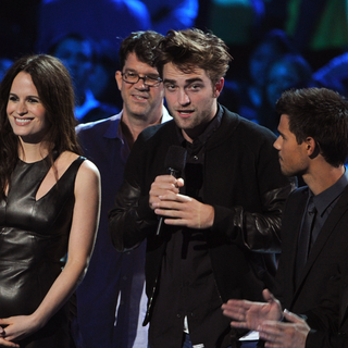 Robert Pattinson at the 2012 MTV VMAs (Video)
