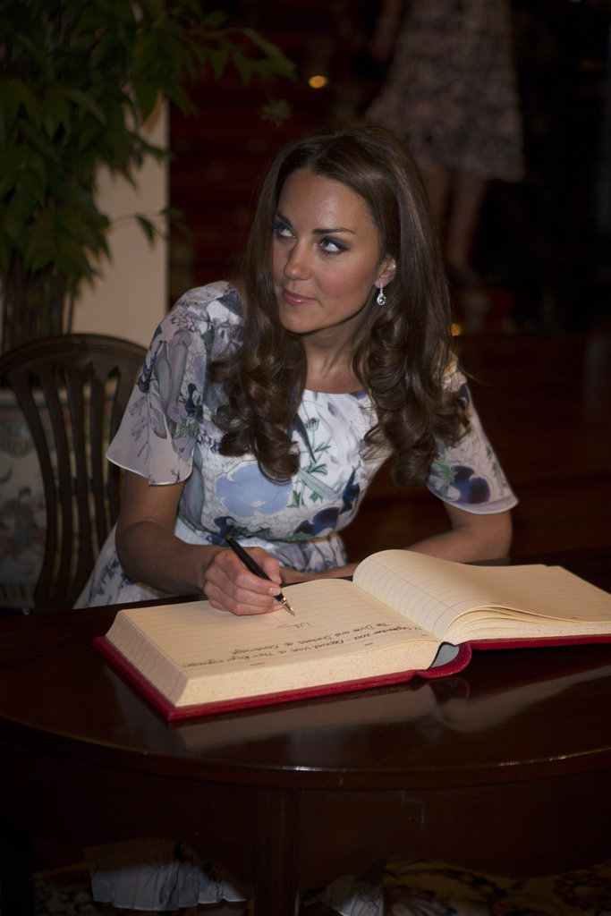 Kate Middlton signed a guest book at a dinner party in Singapore.