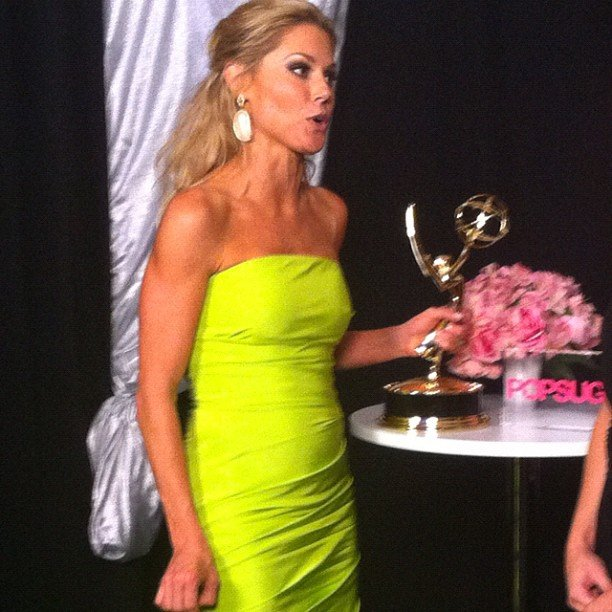 Julie Bowen toted her statuette with her backstage at the Emmys. Source: Instagram user popsugar