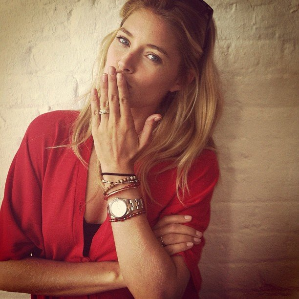 Doutzen Kroes blew a kiss to her fans.  Source: Instagram user doutzenkroes1