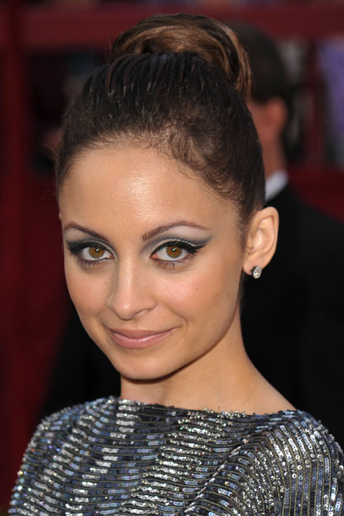 Nicole had a short spell as a brunette in 2010, and she played up her dark roots with this gray, winged shadow style.