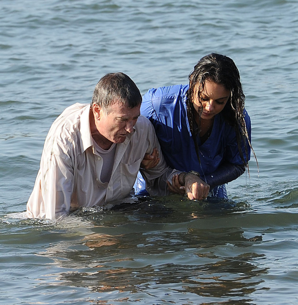 Mila Kunis helped Robin Williams out of the water.