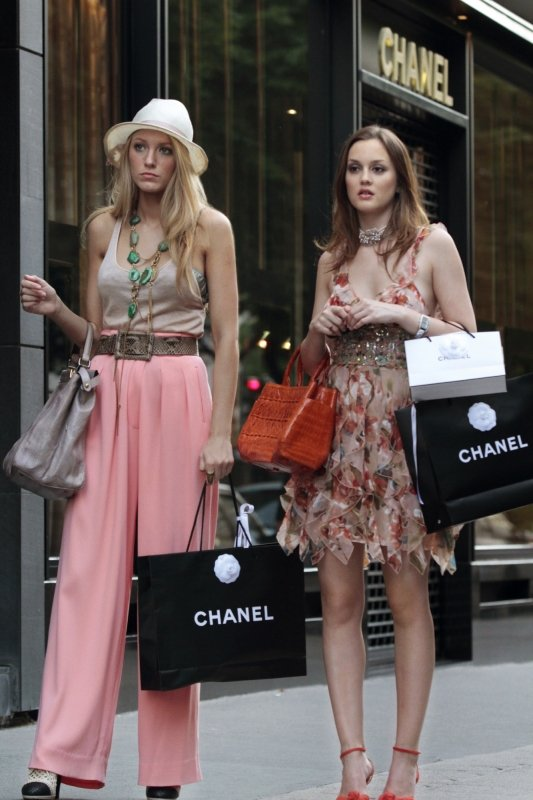 Serena and Blair From Gossip Girl What to wear for Serena: White hat, costume jewelry, long flowy pastel pants, a designer bag, and some classy shopping bags. What to wear for Blair: A cute but high-fashion dress, a Birkin, and some Chanel shopping bags. How to act: Serena and Blair are constantly bickering, so feel free to get into a catfight (and make up immediately).