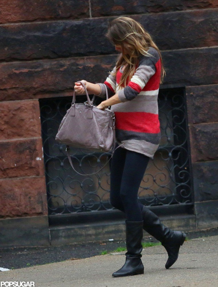 Pregnant Gisele Bündchen rifled through her purse while out in Boston.