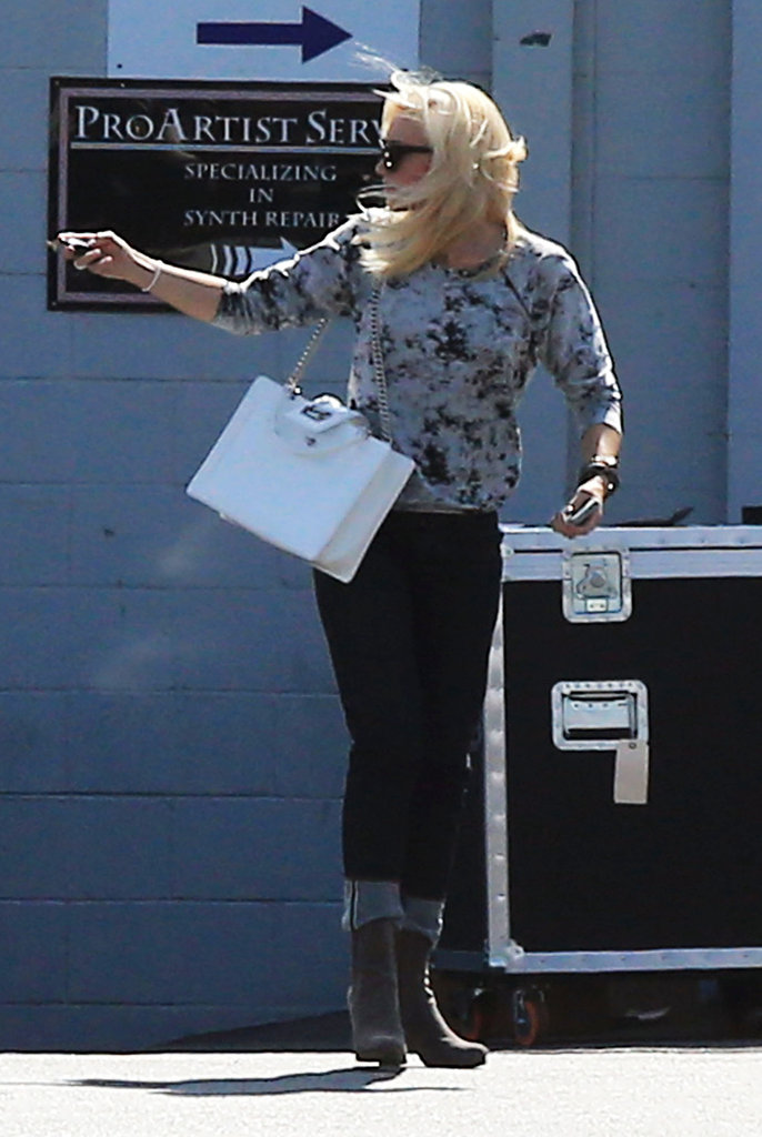 Gwen Stefani carried a white bag.