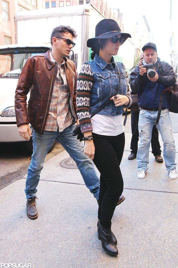 Katy Perry and John Mayer walked to a restaurant.