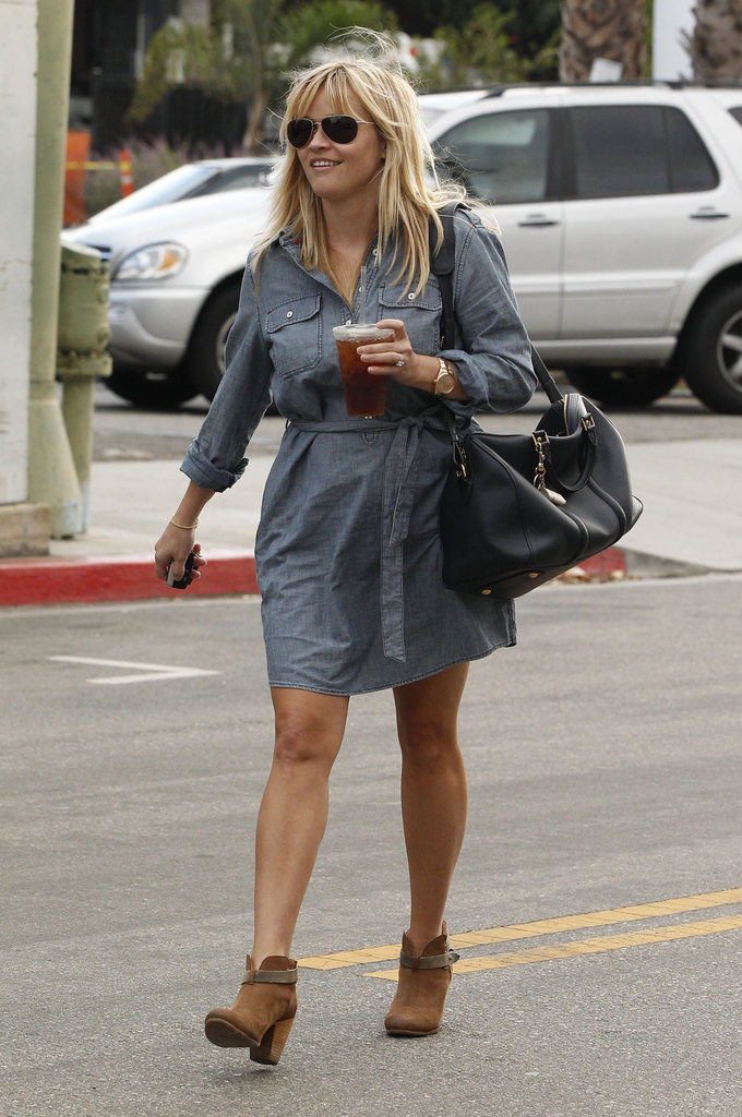 Reese Witherspoon carried an iced tea.