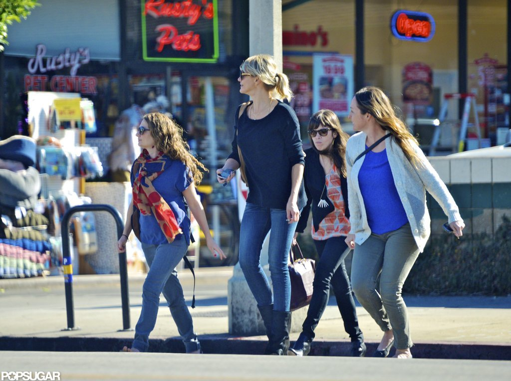 Cameron Diaz and her friends crossed the street.