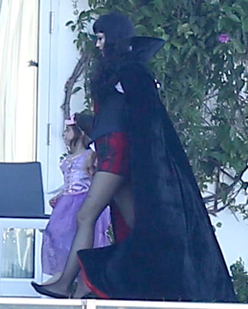 Gwen Stefani went to dramatic lengths with this velvety vampire cape.