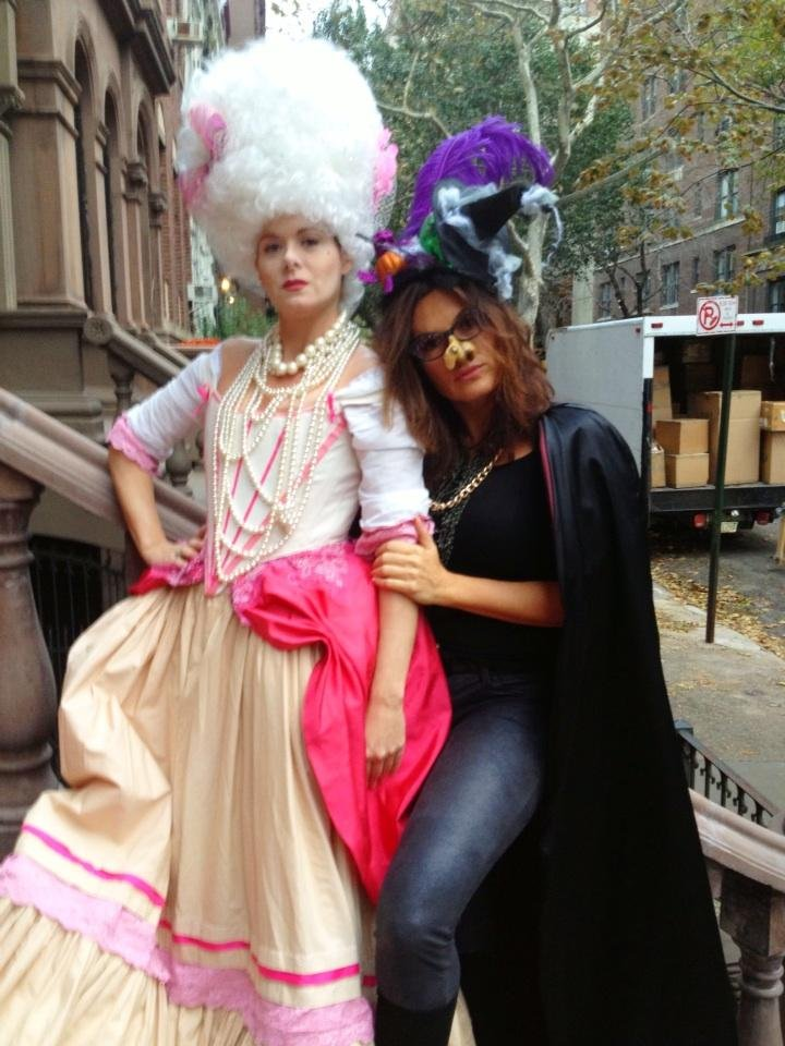 Debra Messing went trick-or-treating in NYC with pal Mariska Hargitay. Source: Twitter user DebraMessing
