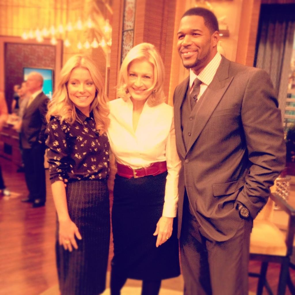 Diane Sawyer popped in to say hello to Kelly Ripa and Michael Strahan. Source: Twitter user DianeSawyer