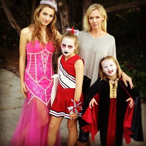 Jennie Garth posed for a family photo with her daughters before heading out for some trick-or-treating. Source: Instagram user jenniegarth