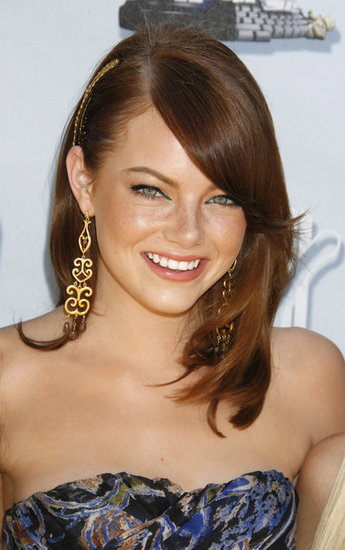 With her freckles and sun-kissed complexion, Emma was radiant at the 2008 MTV Movie Awards. She accented her glowing look with a golden hair accessory and earrings.