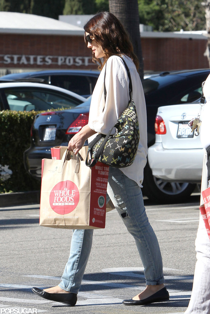 Drew Barrymore carried her groceries back to her car.