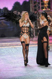 Doutzen Kroes blew a kiss to Rihanna at the Victoria's Secret Fashion Show.