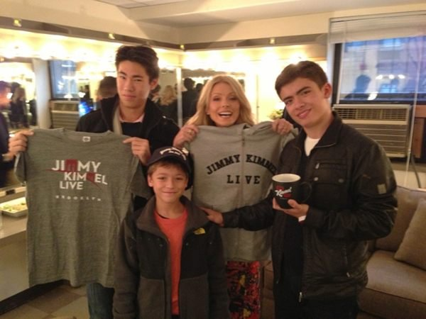 Kelly Ripa brought her entourage backstage at Jimmy Kimmel to pick up some swag. Source: Twitter user KellyRipa