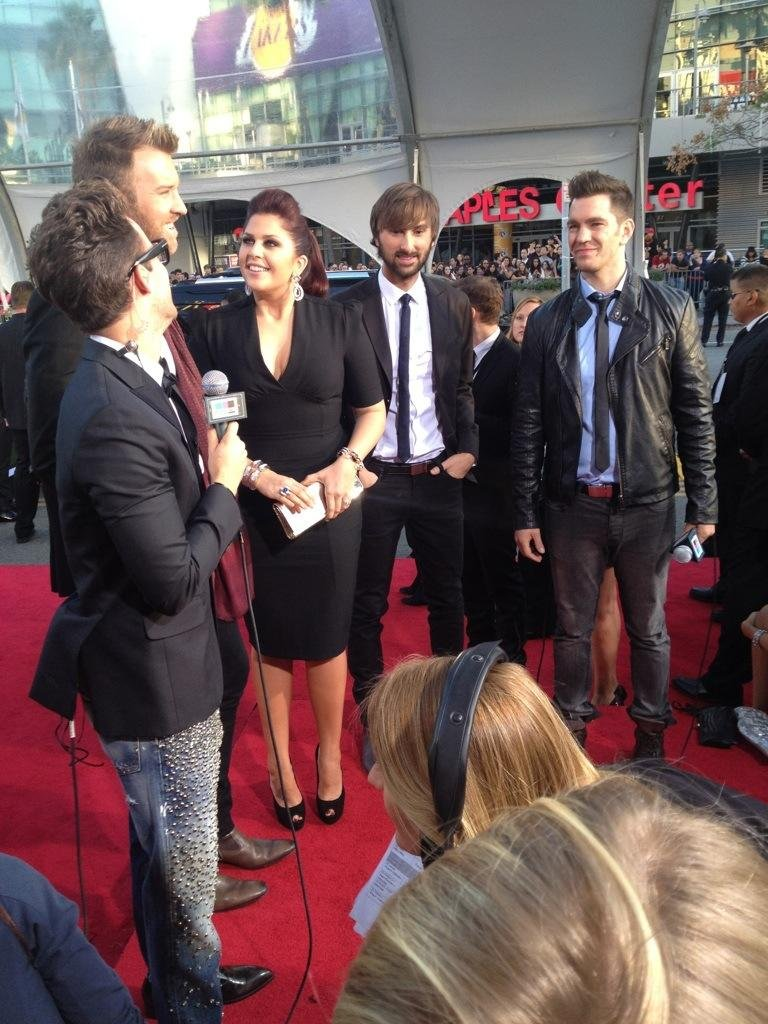 All three members of Lady Antebellum hit the red carpet together before the show. Source: Twitter user ladyantebellum