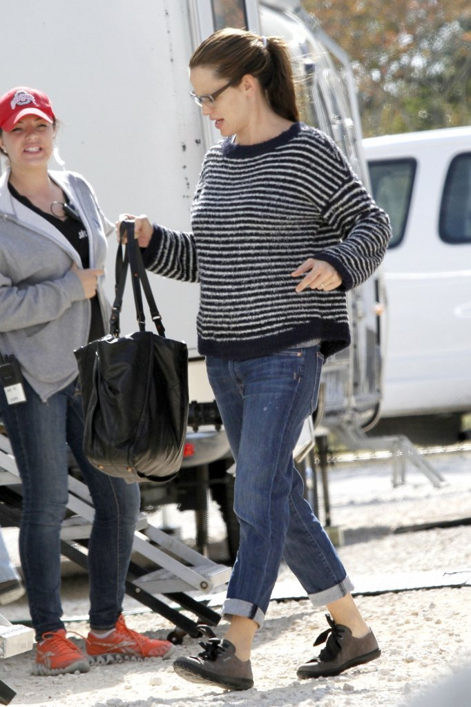 Jennifer Garner carried a bag on set.