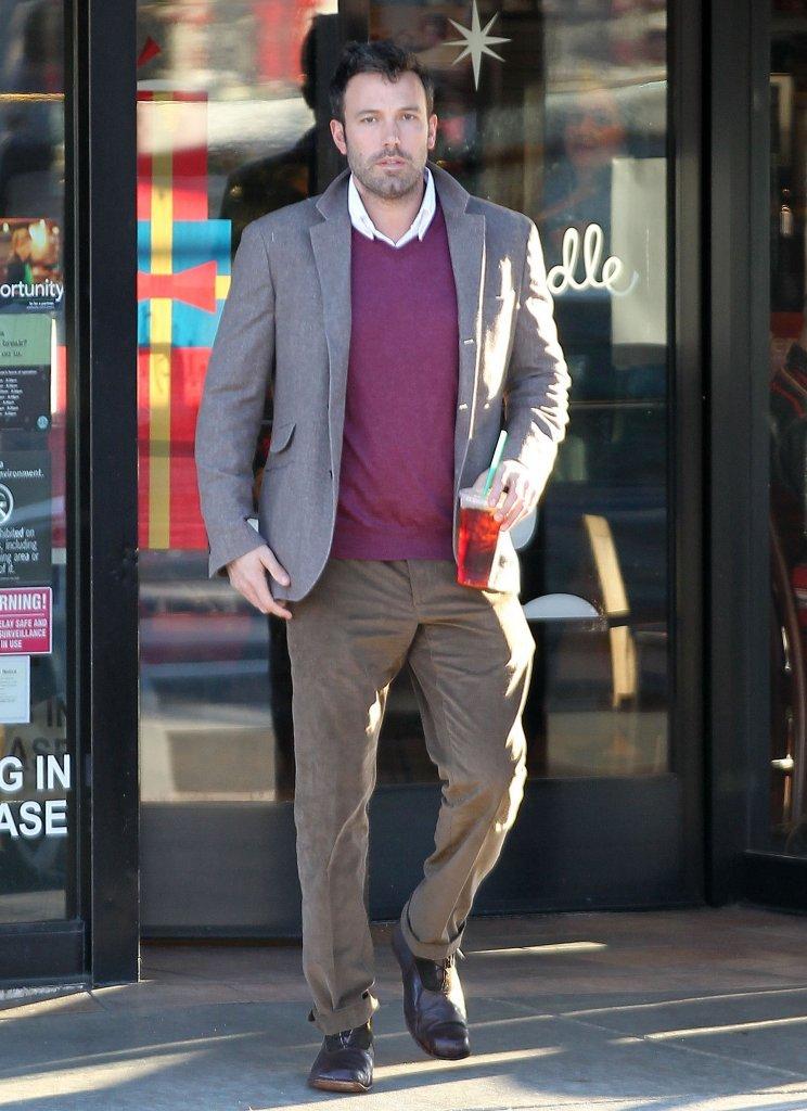 Ben Affleck make a coffee stop at Starbucks.