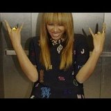 Beyoncé showed off her rock-star spirit in an elevator. Source: Instagram user baddiebey
