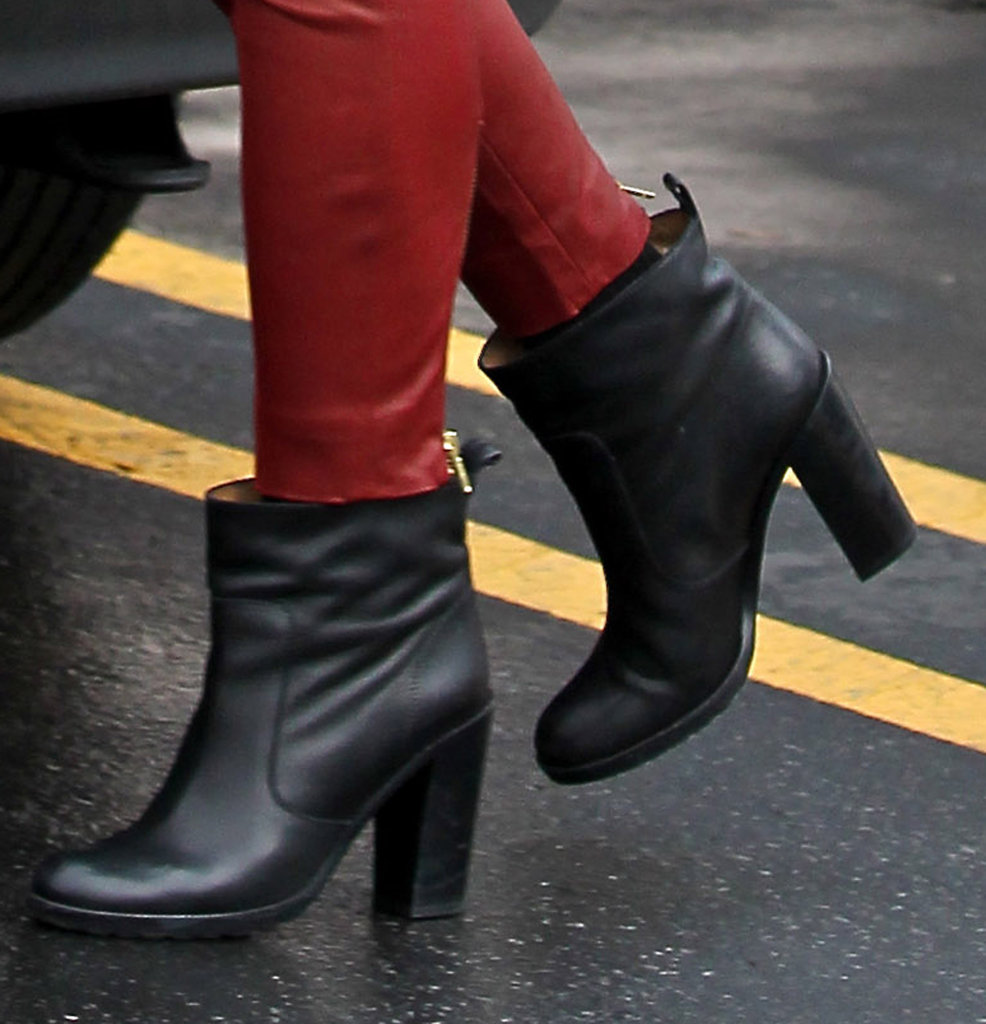 Gwen Stefani braved the rain in black boots.