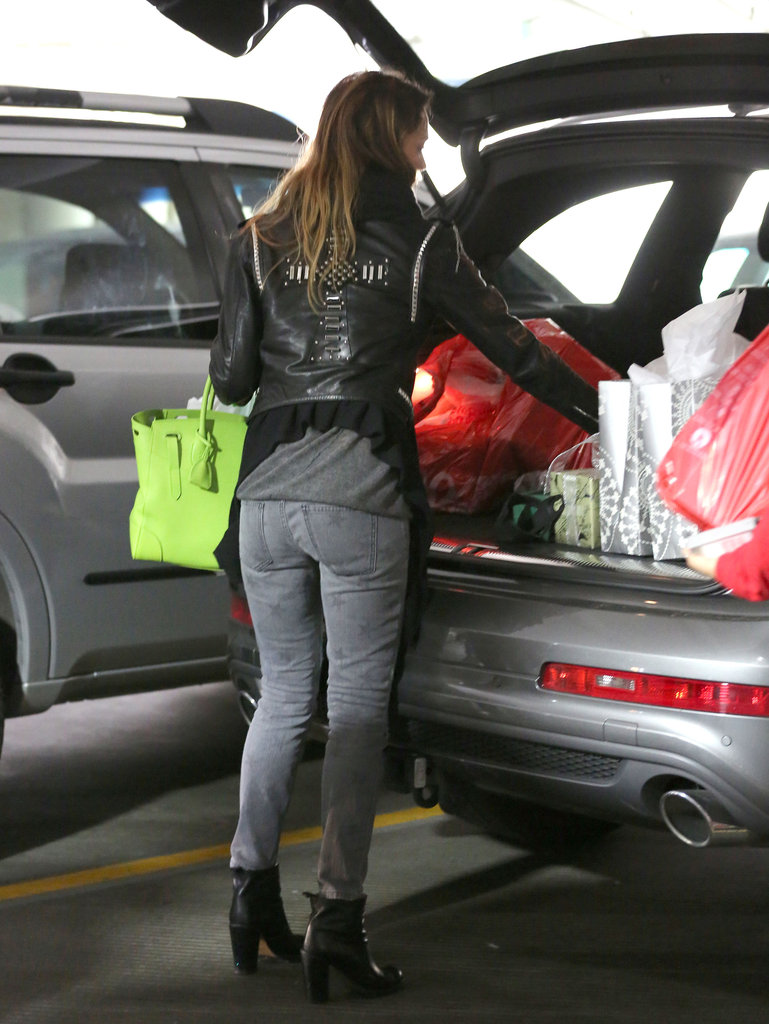 Jessica Alba packed her purchases into her car.