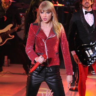 Taylor Swift's New Year's Eve Performance 2013 | Video