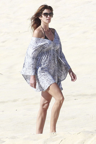 Cindy Crawford walked along the beach in Cabo.