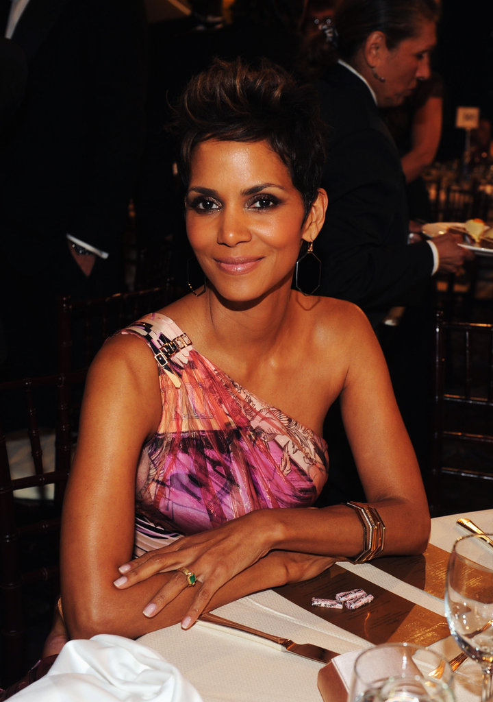 Halle Berry looked stunning before the start of the 2013 Golden Globes.