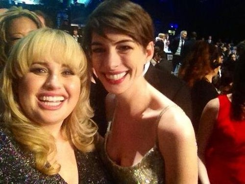 Rebel Wilson snapped a photo with Anne Hathaway during the SAG Awards. Source: Twitter user RebelWilson