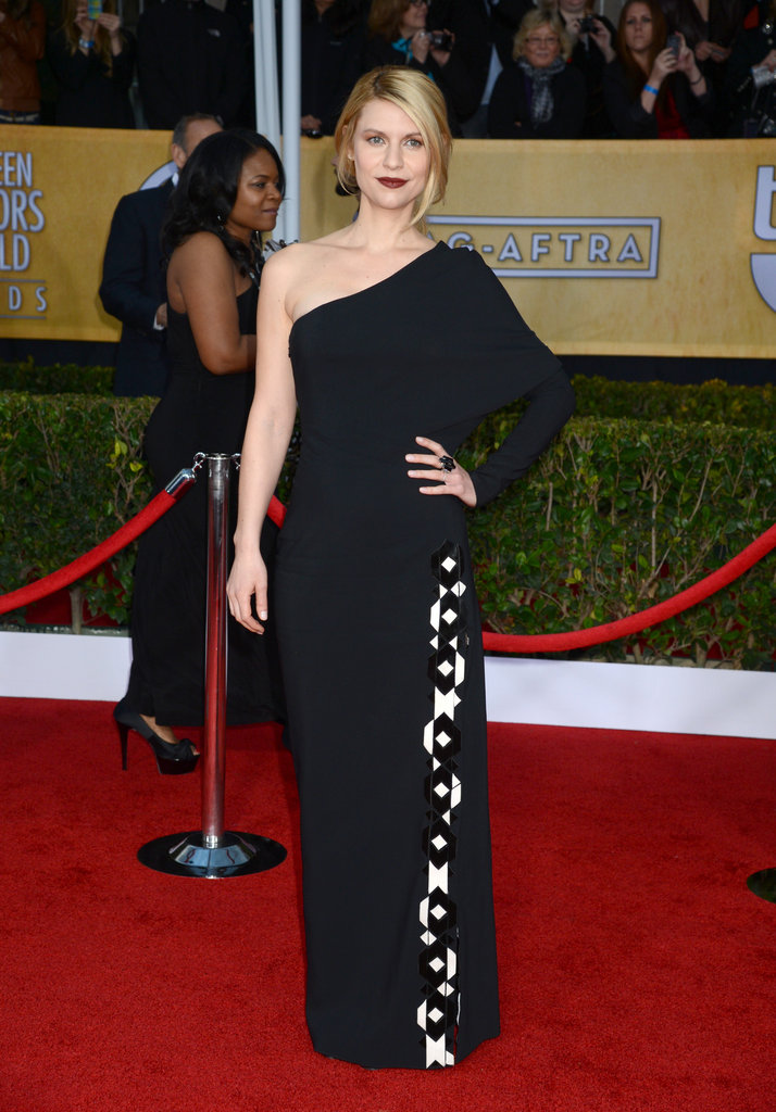 Claire Danes's black one-sleeve Givenchy gown and dark berry lip brought major drama to the red carpet.