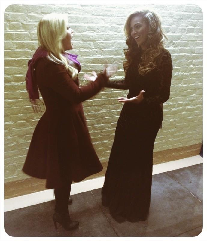 Kelly Clarkson and Beyoncé Knowles shared a moment after they both performed at the swearing-in ceremony on Monday. Source: Twitter user kelly_clarkson