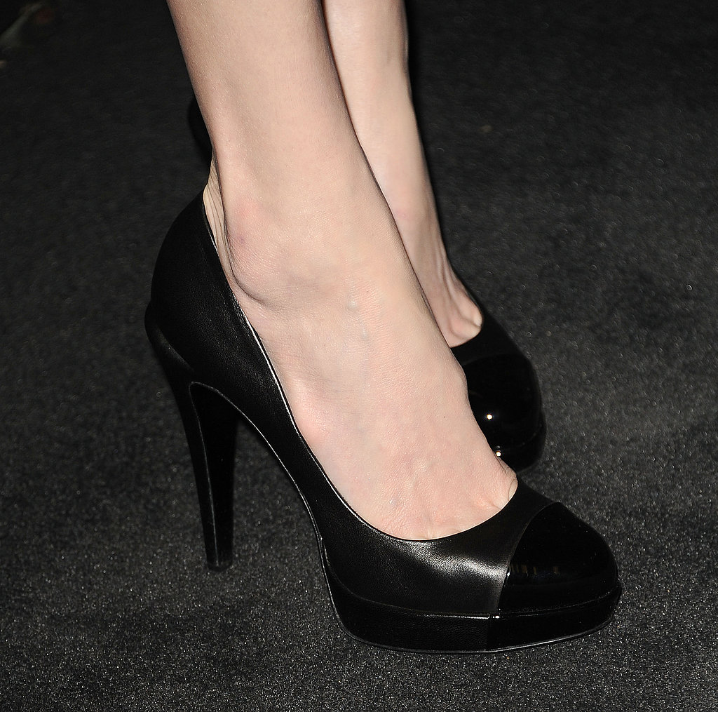 If you look closely, you'll see that Kate Bosworth's black round-toe Chanel pumps are actually cap-toe pumps.