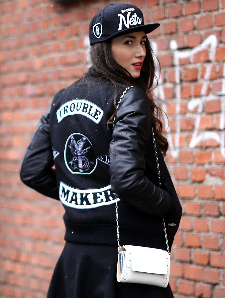 Possibly one of the coolest tomboy iterations we've seen yet, thanks to the baseball cap and white mini bag.