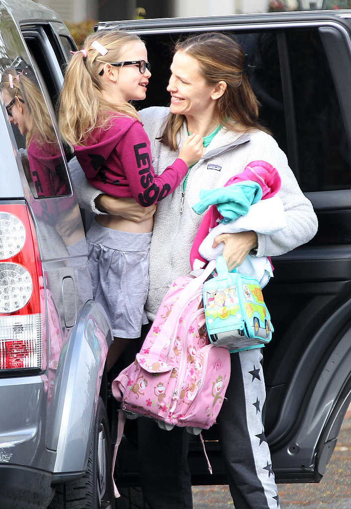 Jennifer Garner gave Violet Affleck a lift in LA with her hands full in April 2013.