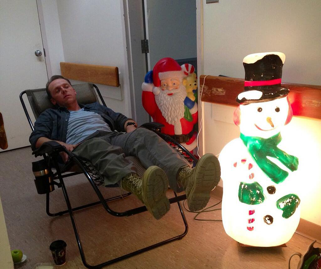 Toni Collette found her Hector and the Search for Happiness costar Simon Pegg taking a nap. Source: Twitter user toni_collette