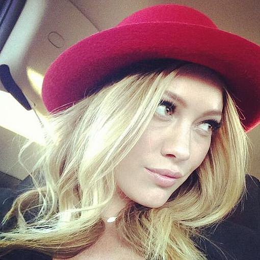 Hilary Duff shared a selfie and showed off her cute new red wide-brimmed hat. Source: Twitter user HilaryDuff